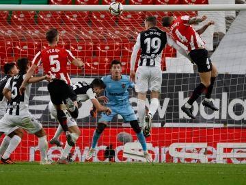 Remate de Íñigo Martínez durante un partido de Copa del Rey