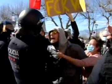 Santiago Abascal se interrumpe un mitin en Tarragona y se enfrenta a unos independentistas que intentaban boicotearle