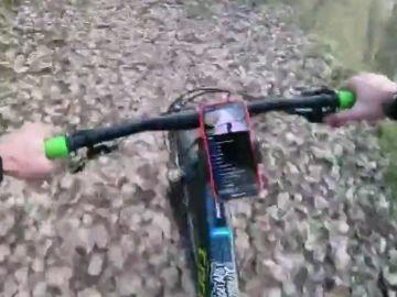 El vídeo del accidente de un ciclista por una peligrosa trampa con un cable de acero en Granada