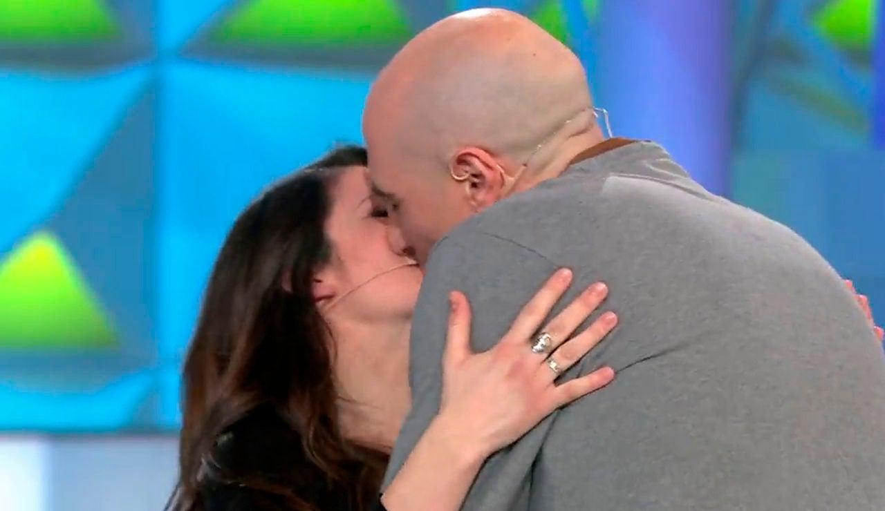 Una pareja celebra el gran premio en 'La ruleta de la suerte'