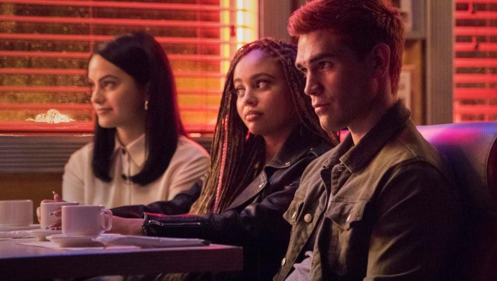 Camila Mendes, Vanessa Morgan y KJ Apa en 'Riverdale'