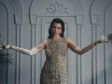 Dua Lipa en el videoclip de 'We're Good'