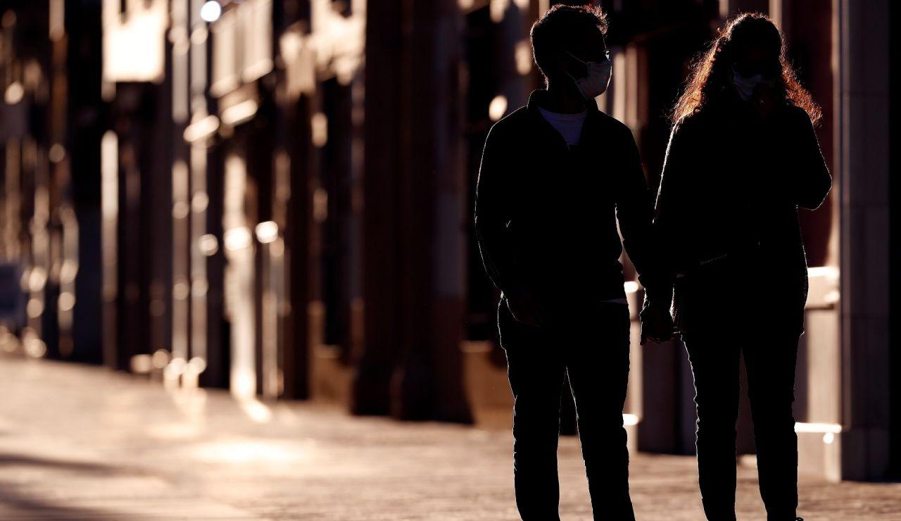 Una pareja pasea en Málaga