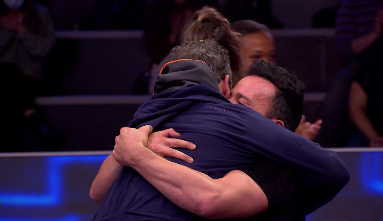 El emocionante abrazo de Pablo Puyol y Jorge Sanz tras la Apnea