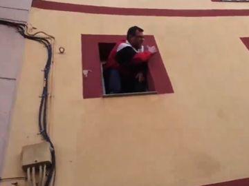 Un hombre amenaza con tirarse por la ventana en Barcelona