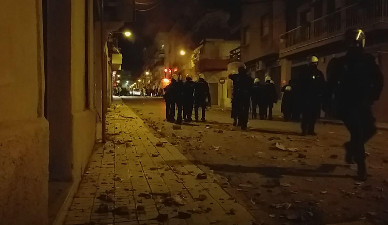 Manifestantes se enfrentan a Antidisturbios e impiden la declaración de los policías que participaron en una pelea en Linares