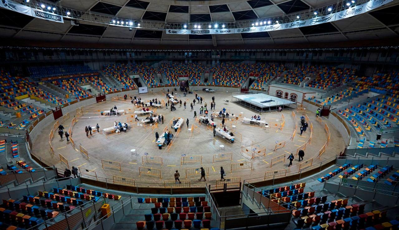 Varias personas votan en el Tarraco Arena de Tarragona este domingo durante las elecciones autonómicas.