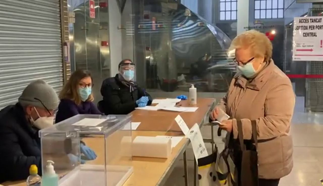 Abren colegios electorales por las elecciones catalanas 2021 con pocas incidencias para constituir las mesas streaming, en directo