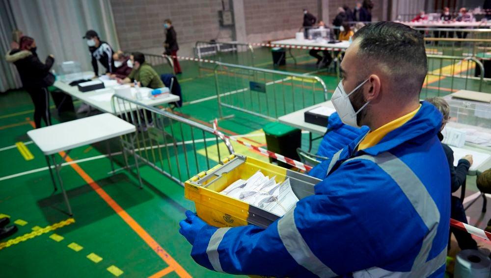 Correos moviliza más de 2.600 trabajadores y 1.700 vehículos para entregar los votos de las elecciones catalanas 2021