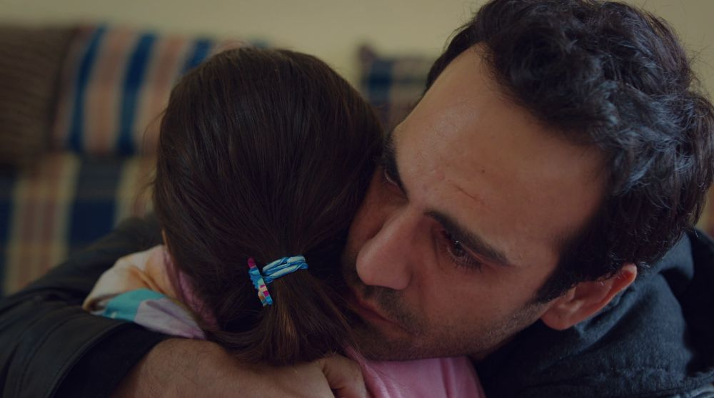 Demir abraza desconsolado a Öykü tras descubrir su enfermedad
