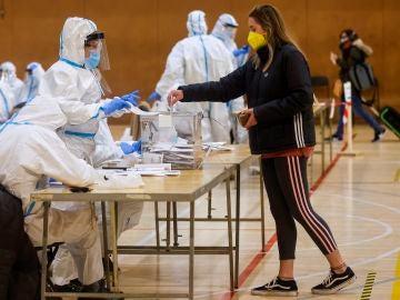 Los miembros de las mesas no tendrán trajes EPI en la franja de voto de los contagiados de coronavirus en el 4M