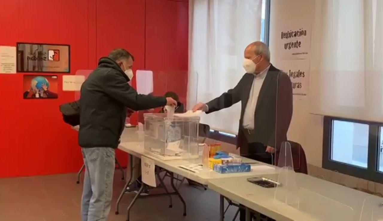José Montilla, ex presidente de la Generalitat, presidente de una mesa electoral