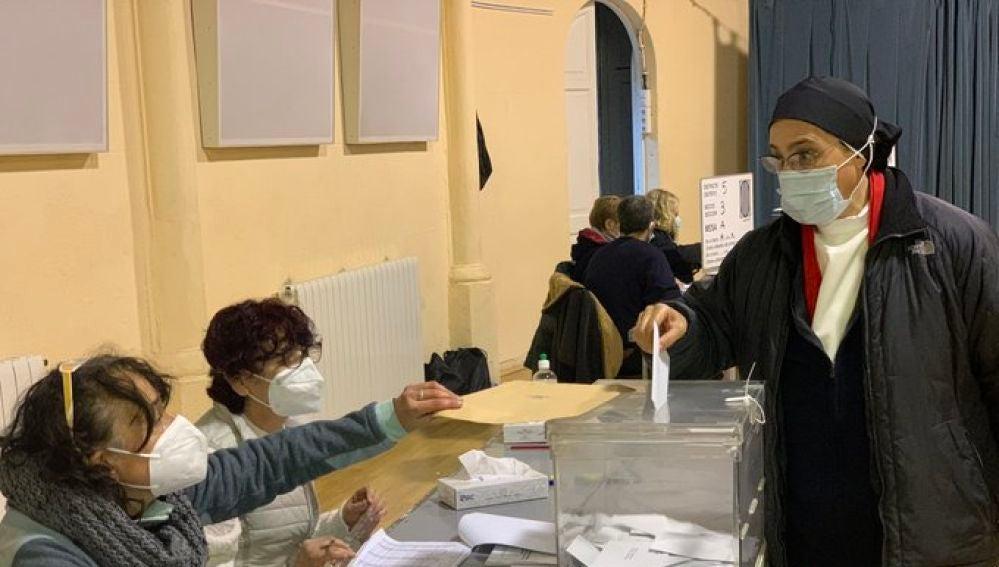 """El gesto de la monja Sor Lucía al meter el voto en la urna en las elecciones catalanas: """"Dije que lo haría"""""""