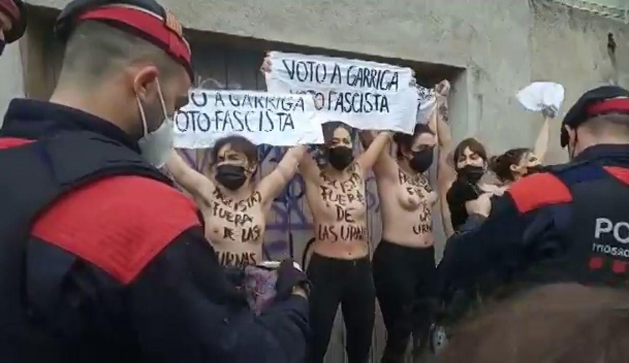 """Cinco activistas de Femen protestan y llaman """"fascista"""" a Ignacio Garriga mientras vota en las elecciones catalanas 2021"""