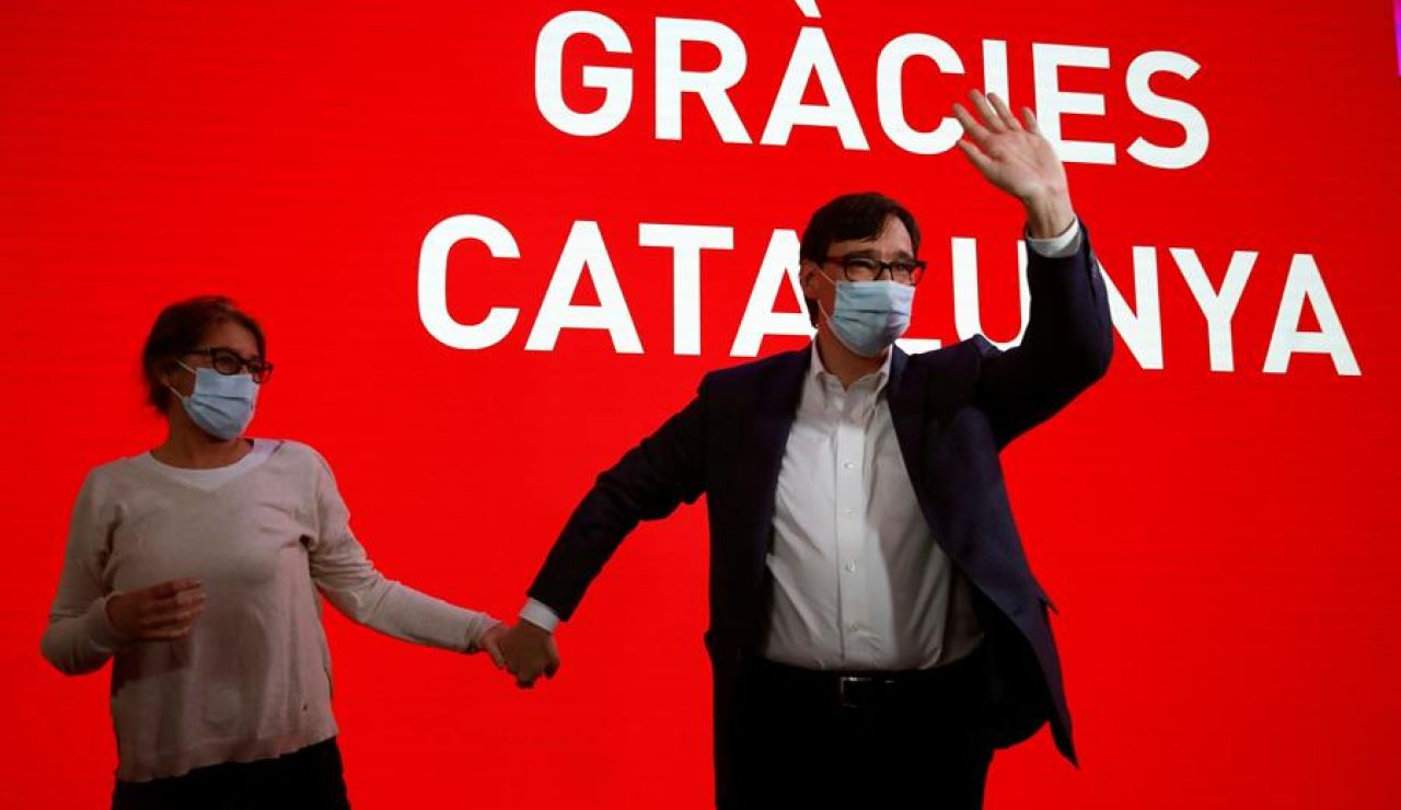 El candidato a la presidencia de la Generalitat por el PSC, Salvador Illa, acompañado por su mujer Marta Estruch, celebra los resultados electorales hoy domingo en la sede del Partido Socialista en Barcelona.