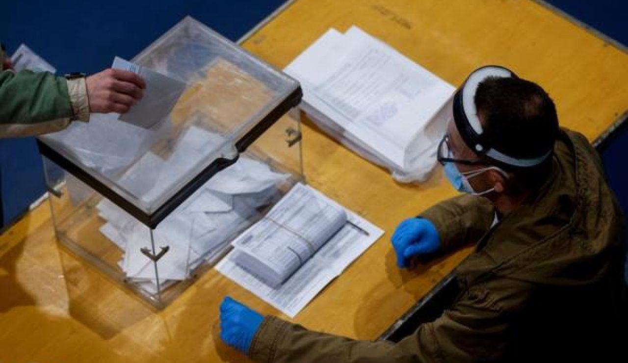 Imagen de una persona votando en las elecciones catalanas de 2021