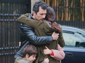 De nuevo juntos: el conmovedor abrazo de Arif a Bahar, Nisan y Doruk… delante de Sarp