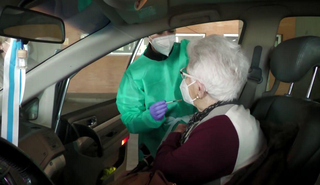 Una mujer recibe la vacuna del coronavirus desde el coche