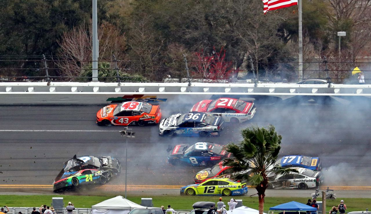Brutal accidente múltiple en la Nascar con 16 coches implicados en las 500 Millas de Daytona