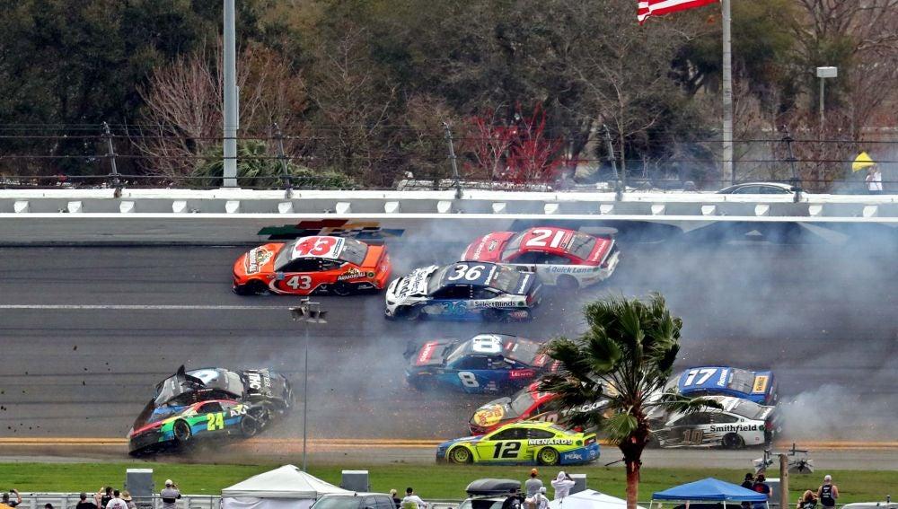 Brutal accidente múltiple en la Nascar con 16 coches implicados en las 500 Millas de Daytona