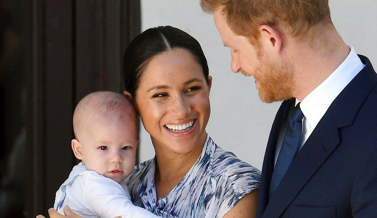 El príncipe Harry y su mujer Meghan, duques de Sussex, con su hijo Archie