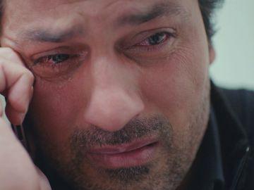Lágrimas de pena e impotencia de Arif al ver sufrir a Bahar por la muerte de Yeliz