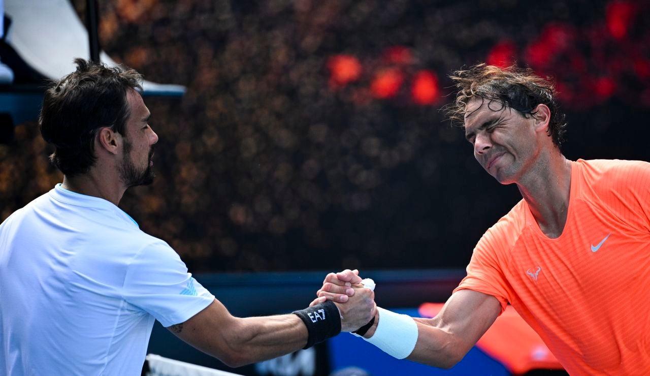 Rafa Nadal estrecha la mano de Fabio Fognini tras su victoria en octavos de final del Open de Australia