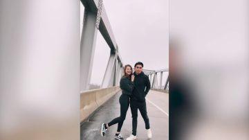 VÍDEO: Un estudiante le pide a una chica que sea su novia mientras se hacen una foto
