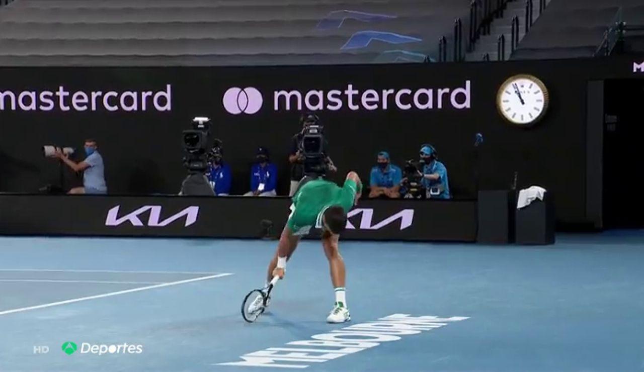 """El momento en que Djokovic destroza su raqueta en el Open de Australia: """"Recuperé mi concentración entonces"""""""