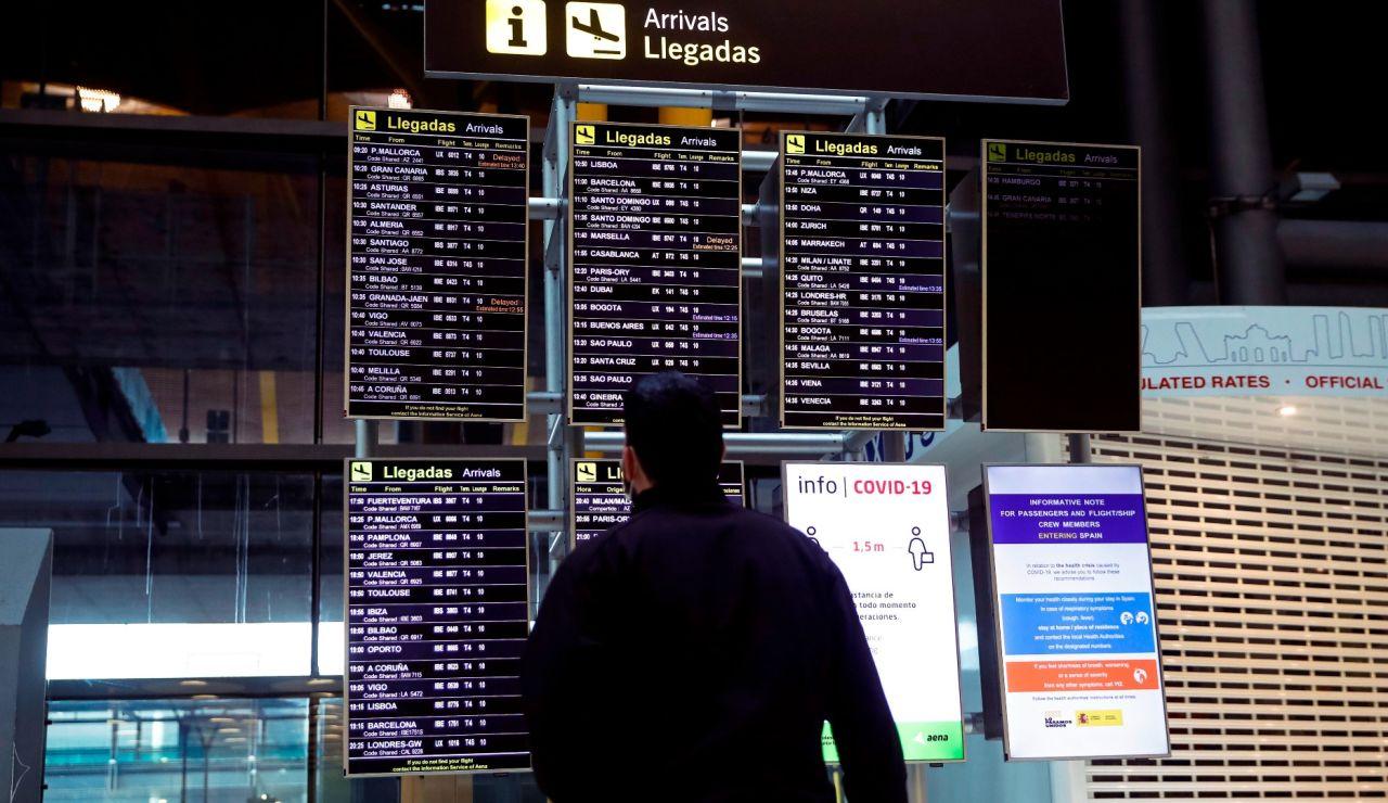 Un hombre observa un panel de llegadas en el Aeropuerto Adolfo Suárez Madrid Barajas.