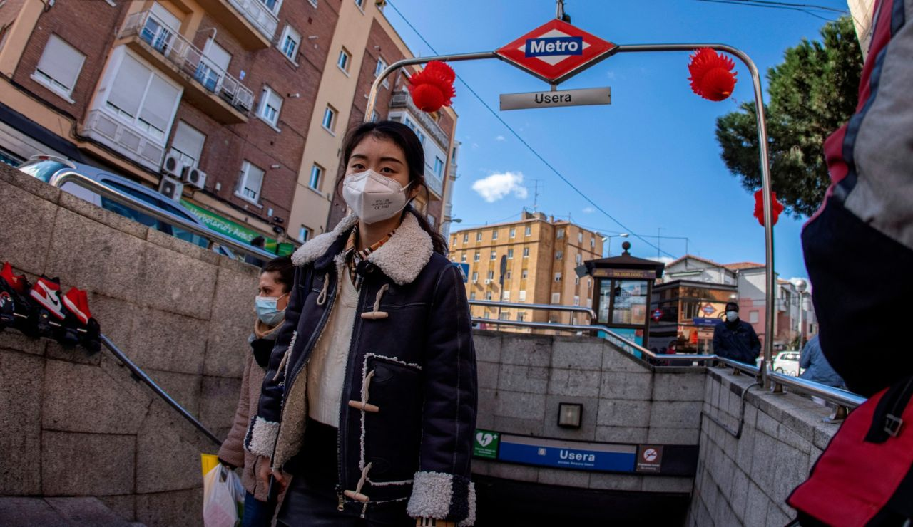 Una mujer sale del metro de Usera en Madrid.
