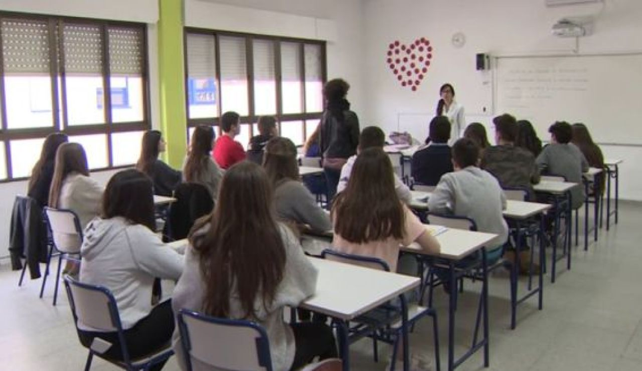 Educación y Salud trabajan en el protocolo para vacunar a trabajadores de los centros educativos con la vacuna de AstraZeneca