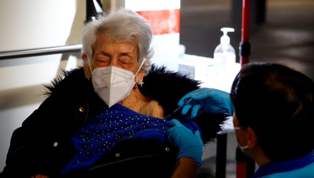 Una mujer recibe la vacuna contra el coronavirus.