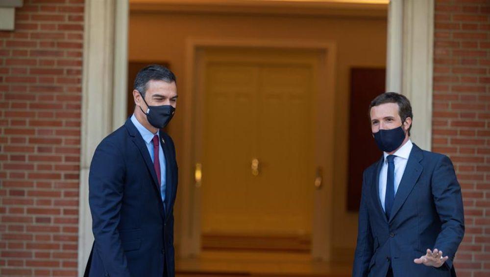 El presidente del Gobierno, Pedro Sánchez (i) y el líder del PP, Pablo Casado (d)