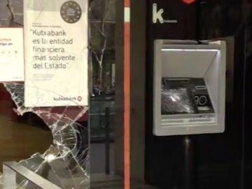 Destrozos en una calle de Barcelona