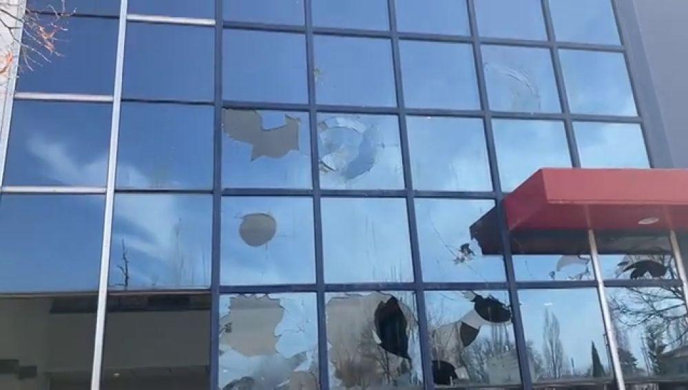 La comisaría de los Mossos en Vic y sus cámaras de seguridad totalmente destrozadas tras los disturbios por la detención de Pablo Hasél