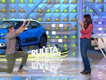 Jorge Fernández se arrodilla ante Marta por su imponente juego en 'La ruleta de la suerte'