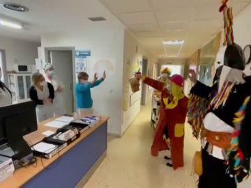 Carnaval en el hospital de Ourense para levantar el ánimo a sanitarios y pacientes con el espíritu del entroido