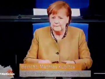 La reacción de Angela Merkel al ver que no llevaba puesta la mascarilla durante una sesión parlamentaria