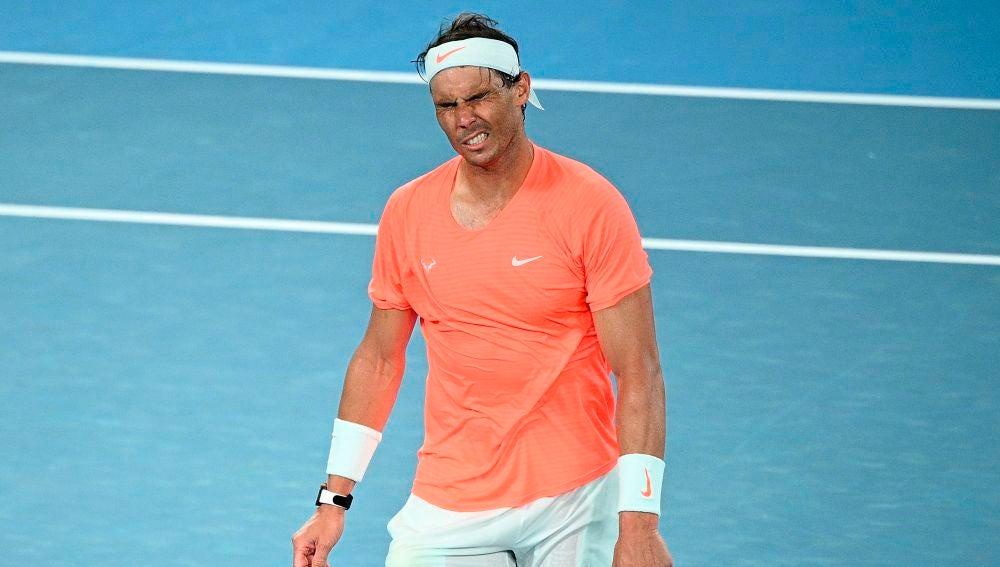 Rafa Nadal gesticula en su partido ante Stefanos Tsitsipas