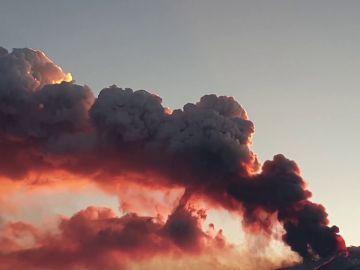 El Etna vuelve a erupcionar y provoca una gran humareda de más de 1 kilómetro