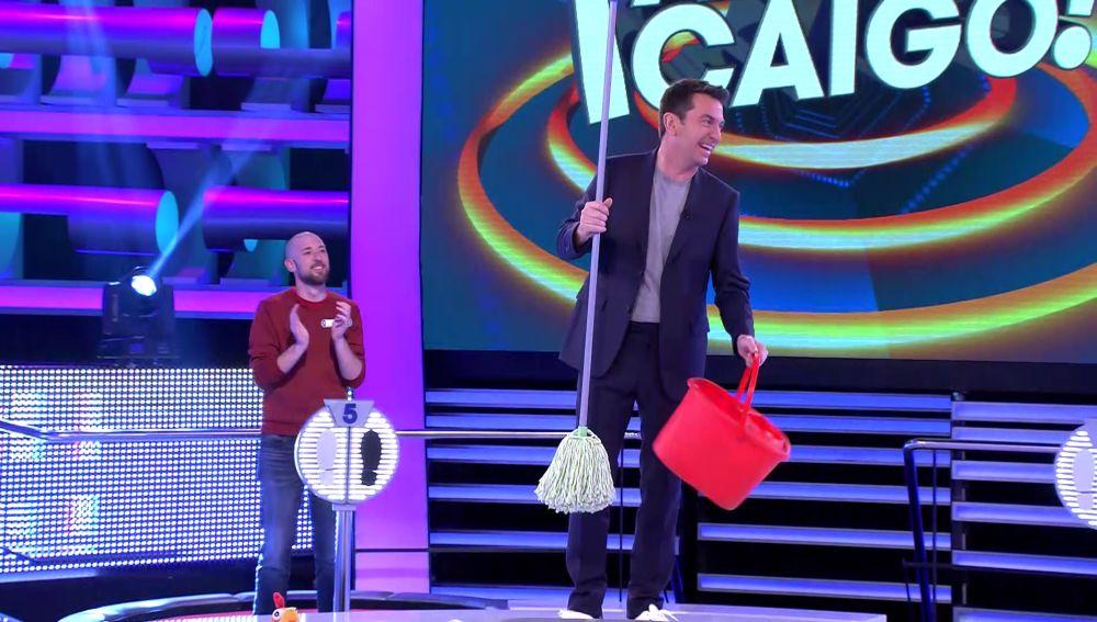 ¡Con un cubo y una fregona! Así ha recibido Arturo Valls a Gerardito en '¡Ahora caigo!'