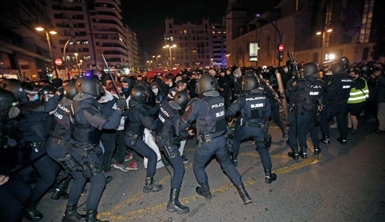 Cargas policiales en la concentración de protesta en Valencia por el ingreso en prisión del rapero Pablo Hasél