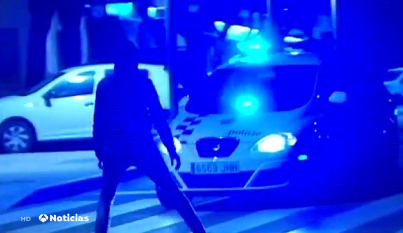Un manifestante se sube a un coche de la Guardia Urbana en marcha y acaba cayendo al suelo por la parte trasera