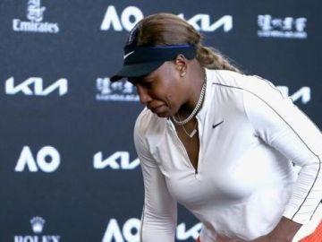 El momento en que Serena Williams abandona la rueda de prensa entre lágrimas