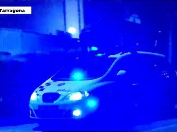 Un manifestante se sube al coche de los Mossos