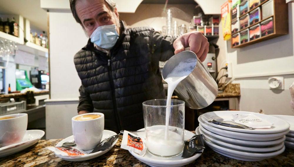 Un camarero en el interior de un bar en Pamplona, Navarra (España), a 17 de diciembre de 2020