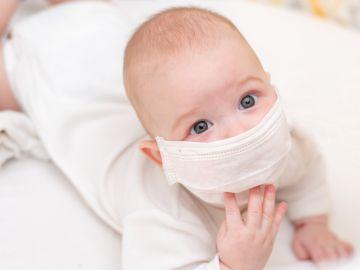 Un bebé con una mascarilla en una imagen de archivo.