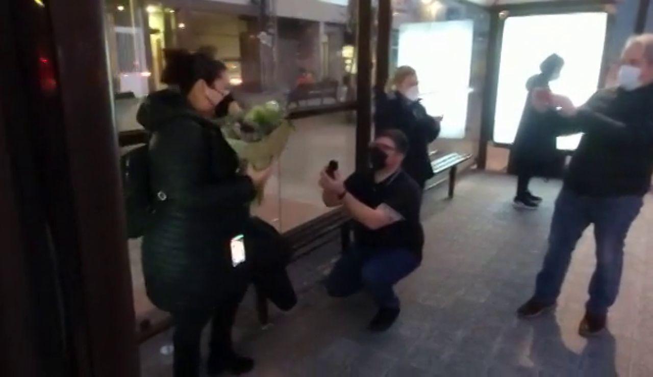 ¡Sí quiero! en la parada del autobús, la petición sorpresa de un novio en Os Castros, en A Coruña,
