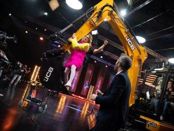 David y Ágatha Ruiz de la Prada desatan las locura bailando sobre la excavadora